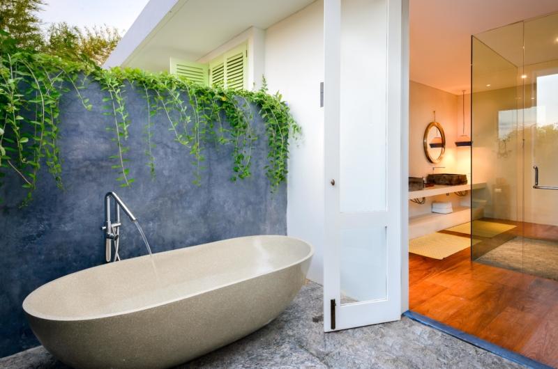 Open Plan Bathtub - Villa 1880 - Batubelig, Bali