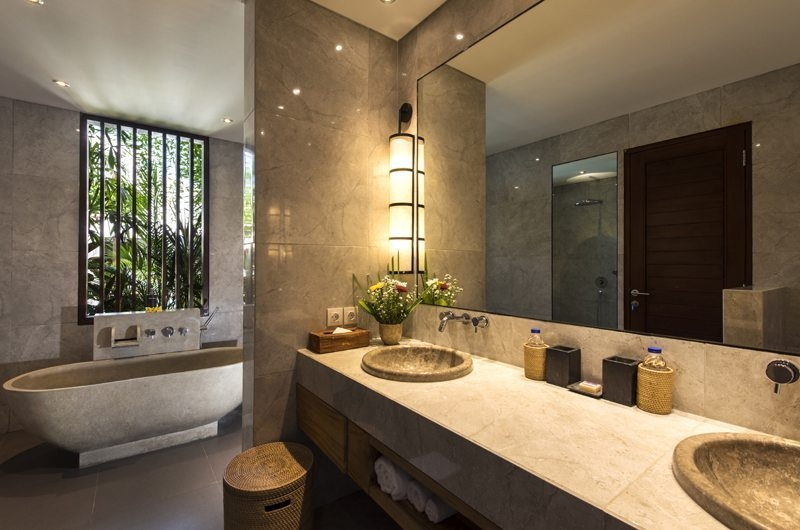 En-Suite Bathroom with Bathtub - Villa Anam - Seminyak, Bali