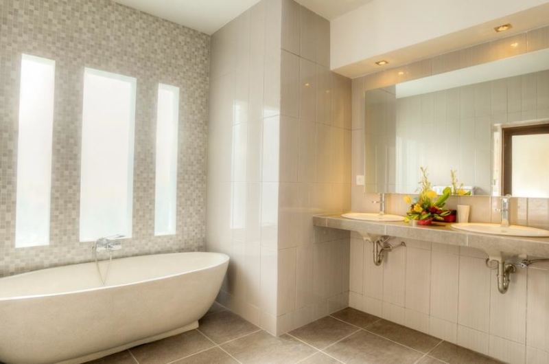 En-Suite Bathroom with Bathtub - Villa Arria - Seminyak, Bali
