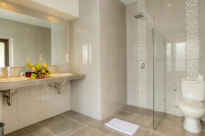 His and Hers Bathroom with Mirror - Villa Arria - Seminyak, Bali