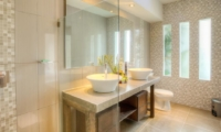 En-Suite Bathroom with Mirror - Villa Arria - Seminyak, Bali