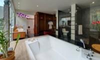 En-Suite Bathroom with Bathtub - Villa Asada - Candidasa, Bali