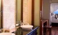 Bedroom and Bathroom - Villa Asada - Candidasa, Bali