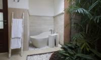 Bathroom with Bathtub - Villa Ashna - Seminyak, Bali