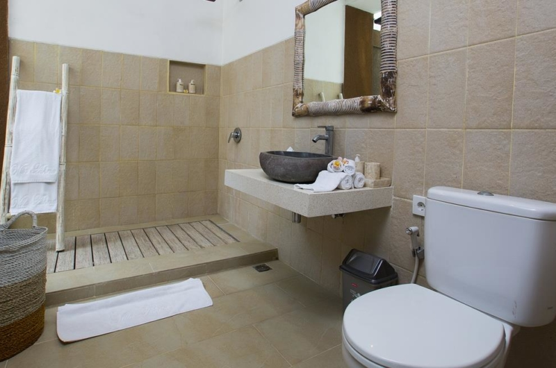 En-Suite Bathroom with Mirror - Villa Ashna - Seminyak, Bali