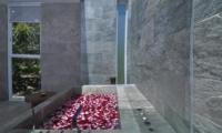 Romantic Bathtub with Rose Petals - Villa Ashoka - Canggu, Bali