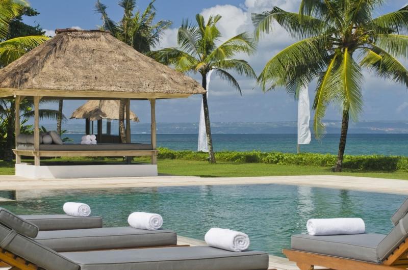 Pool Side Loungers - Villa Atas Ombak - Batubelig, Bali