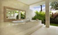 Bathroom with Bathtub and Mirror - Villa Babar - Tabanan, Bali