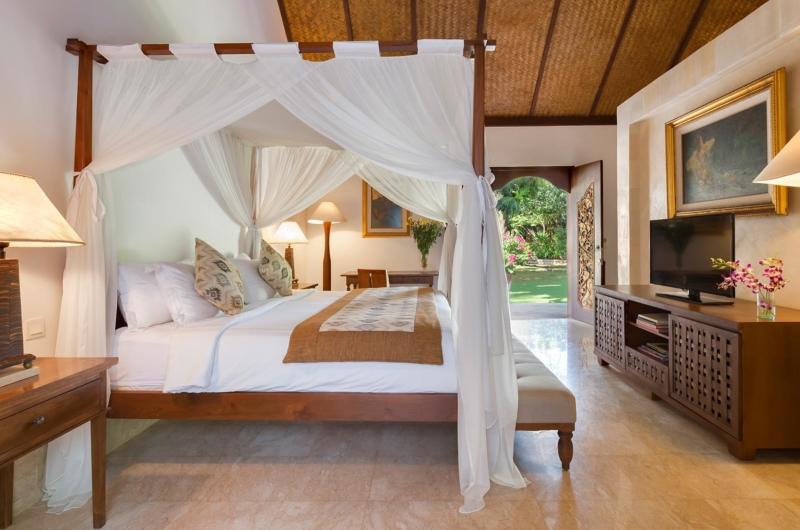 Four Poster Bed with TV - Villa Batujimbar - Sanur, Bali