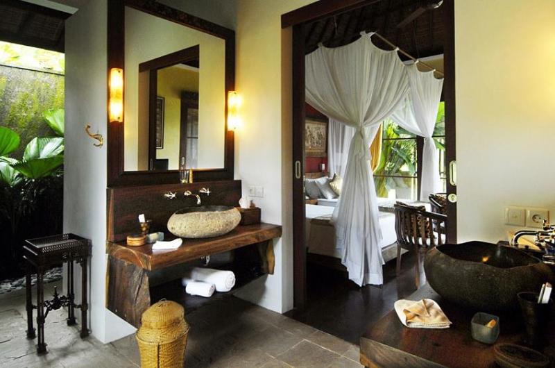 Bedroom and En-Suite Bathroom - Villa Bayad - Ubud, Bali