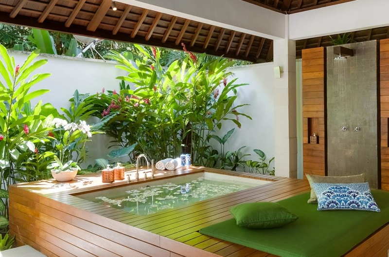 Semi Open Bathtub with Petals - Villa Beji - Canggu, Bali