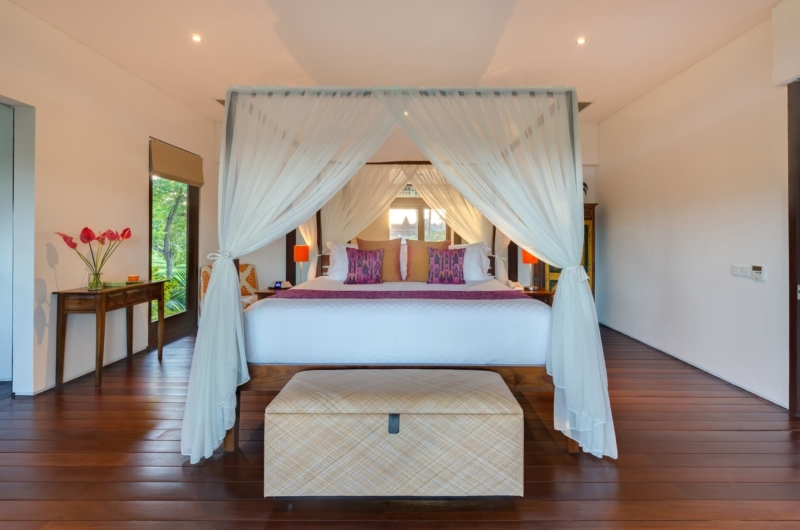 Bedroom with Wooden Floor and Mosquito Net - Villa Bendega Nui - Canggu, Bali