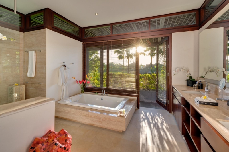 En-Suite His and Hers Bathroom with Bathtub - Villa Bendega Nui - Canggu, Bali