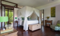 Bedroom with Wooden Floor and Seating Area - Villa Bendega Nui - Canggu, Bali