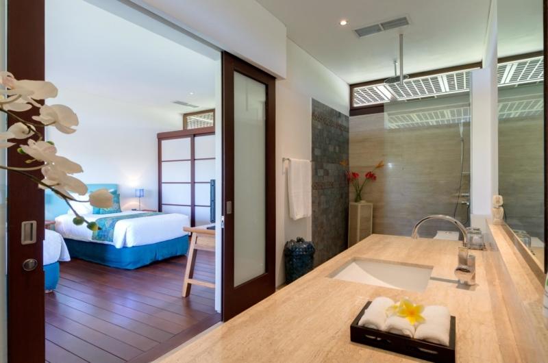 Twin Bedroom and Bathroom - Villa Bendega Nui - Canggu, Bali