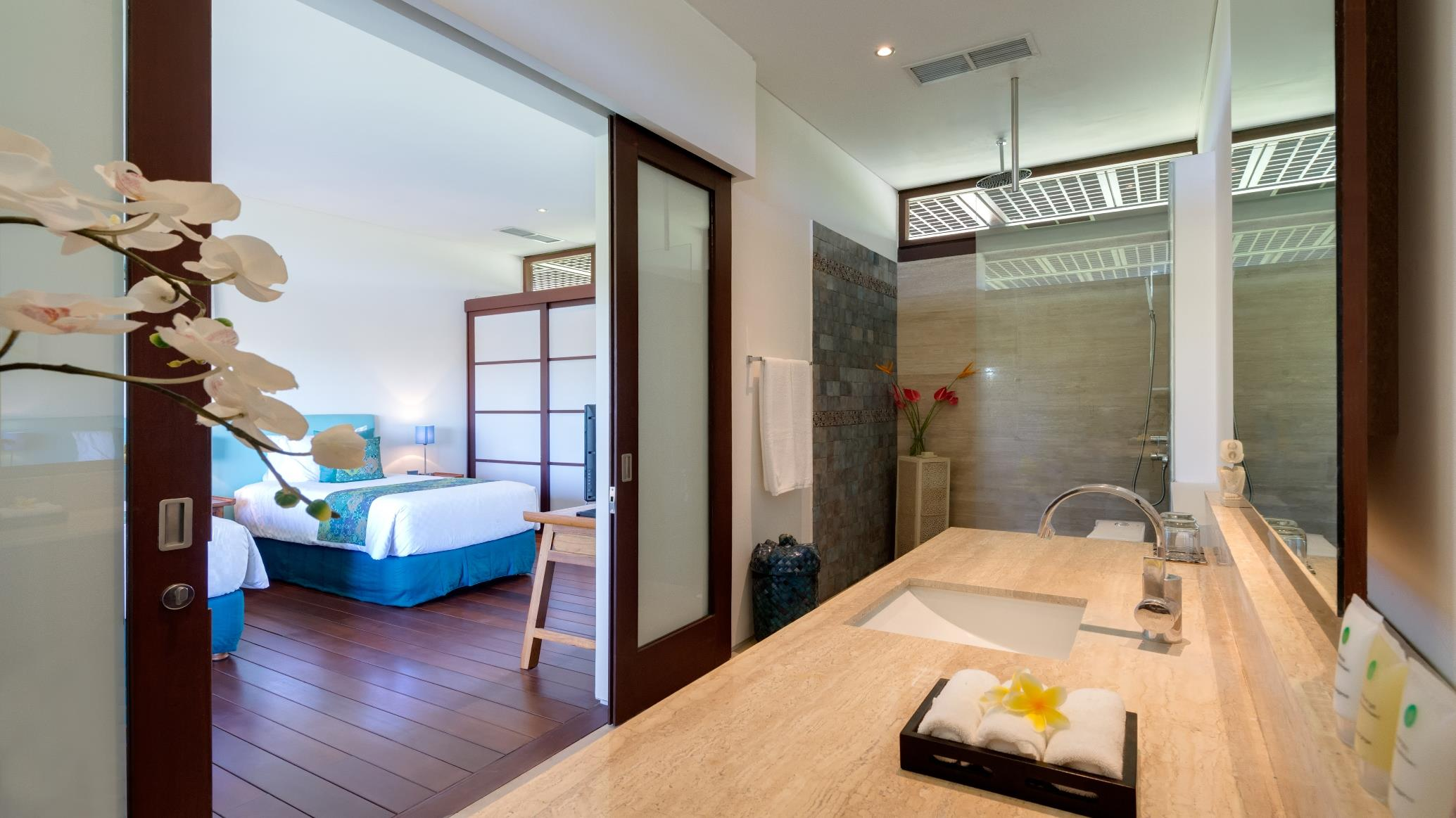 Twin Bedroom and Bathroom - Villa Bendega Nui - Canggu, Bali