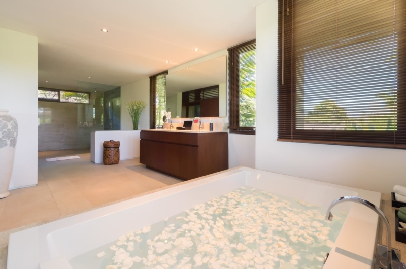 Bathtub with Petals - Villa Bendega Nui - Canggu, Bali