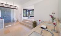 En-Suite Bathroom with Shower - Villa Bendega Nui - Canggu, Bali