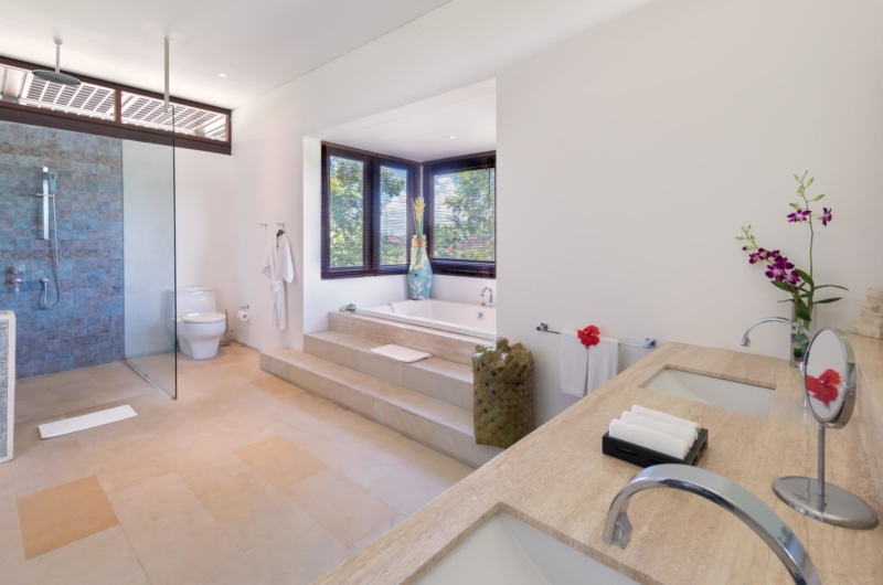 His and Hers Bathroom with Bathtub - Villa Bendega Nui - Canggu, Bali