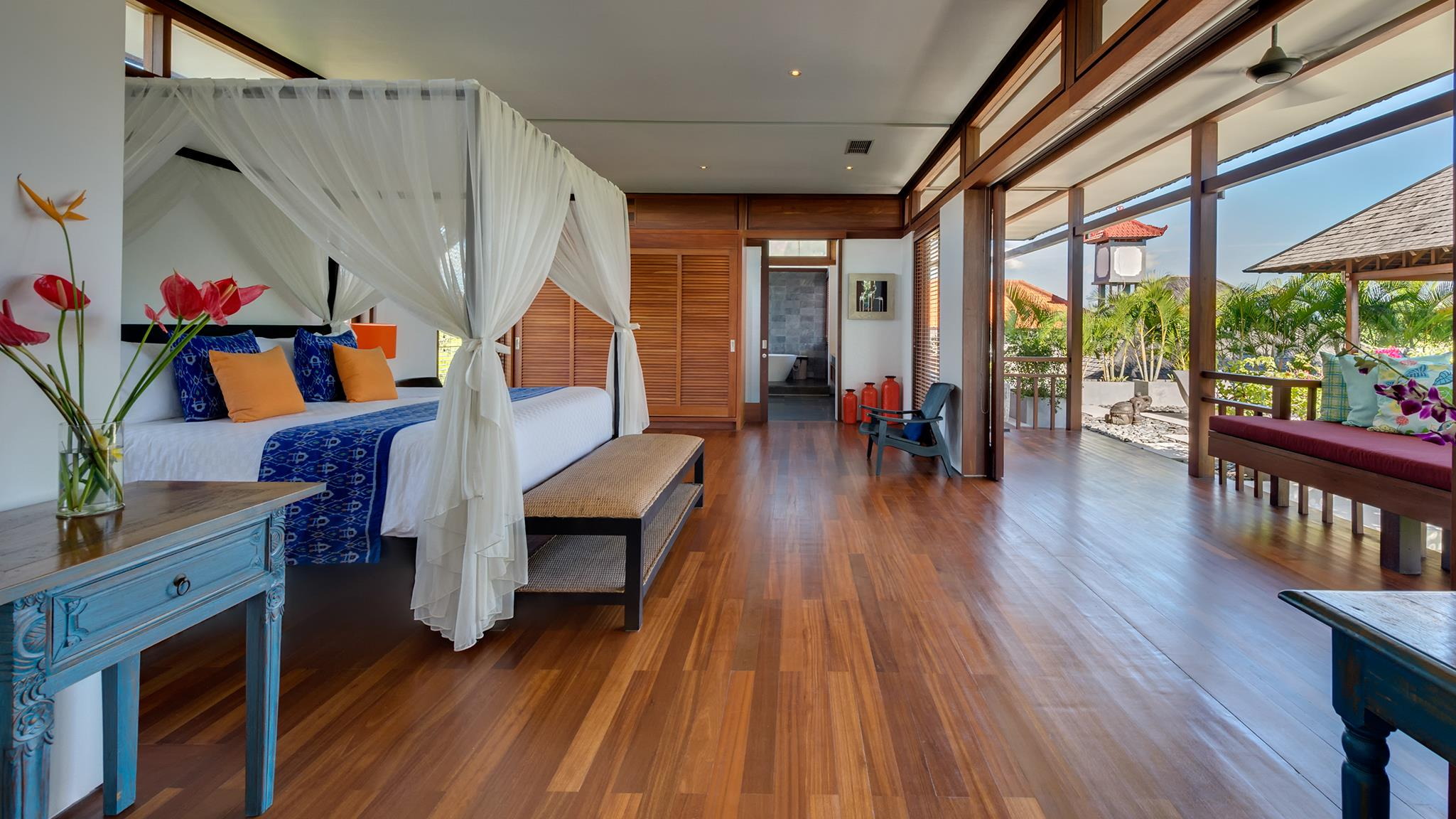 Spacious Bedroom with Wooden Floor - Villa Bendega Rato - Canggu, Bali