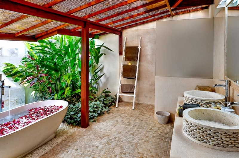 Bathtub with Petals - Villa Bibi - Kerobokan, Bali