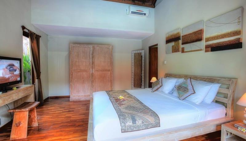 Bedroom with TV - Villa Bisi - Seminyak, Bali