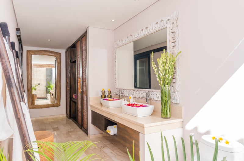 Spacious Bathroom with Mirror - Villa Can Barca - Seminyak, Bali