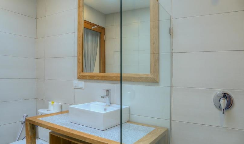 Bathroom with Mirror and Shower - Villa Canish - Seminyak, Bali