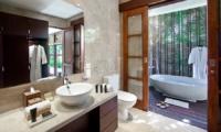 En-Suite Bathroom with Bathtub - Villa Cantik Ungasan - Uluwatu, Bali