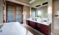 His and Hers Bathroom with Bathtub - Villa Cantik Ungasan - Uluwatu, Bali