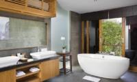 En-Suite Bathroom with Bathtub - Villa Cendrawasih - Seminyak, Bali