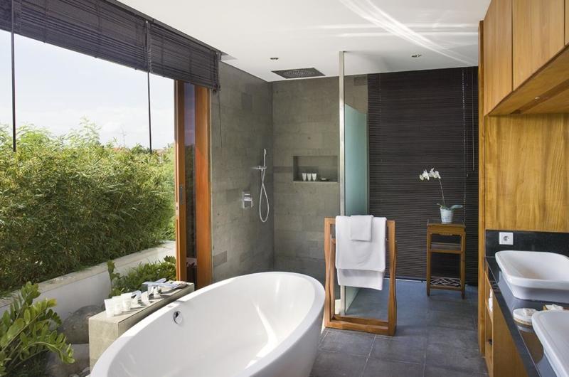 En-Suite His and Hers Bathroom - Villa Cendrawasih - Seminyak, Bali