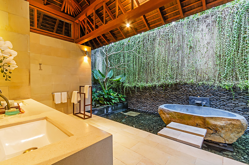Semi Open Bathroom with Bathtub - Villa Champuhan - Seseh, Bali