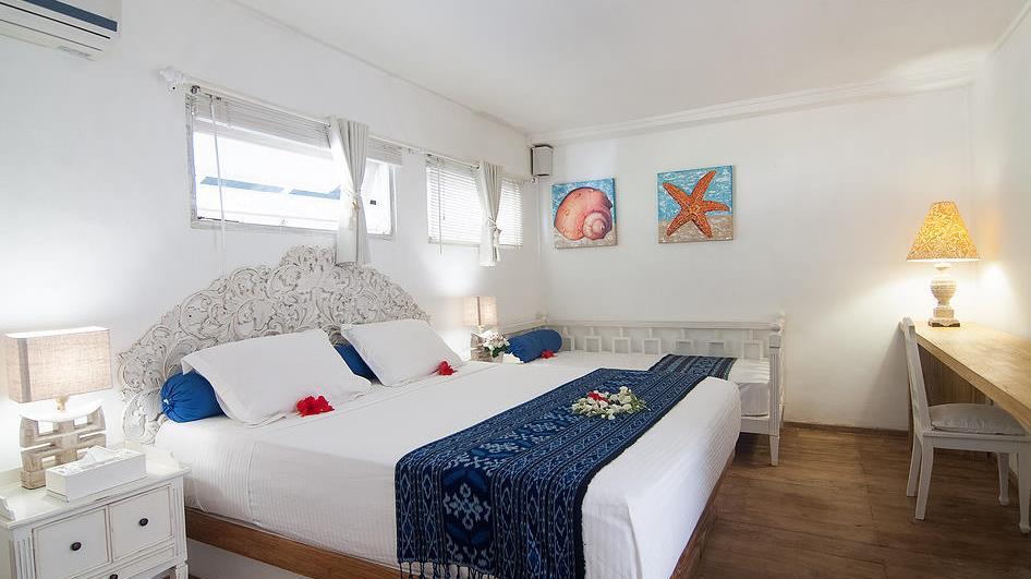 Bedroom with Baby Cot - Villa Coral Flora - Gili Trawangan, Lombok