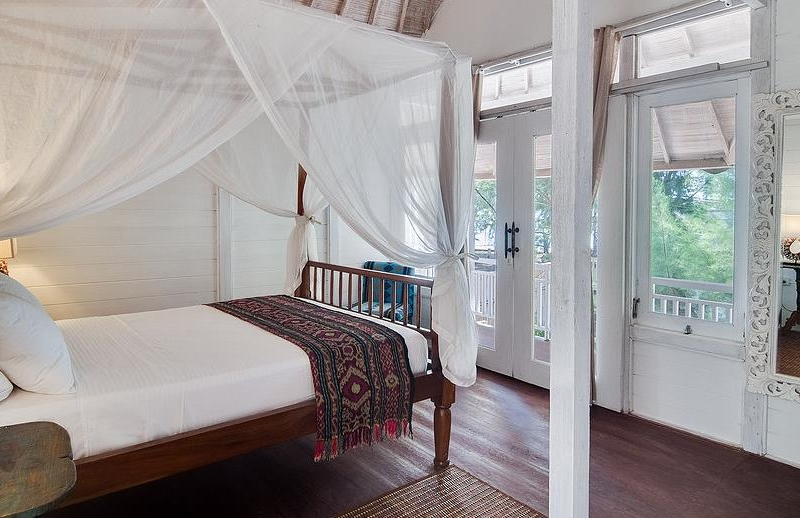 Bedroom with Wooden Floor - Villa Coral Flora - Gili Trawangan, Lombok