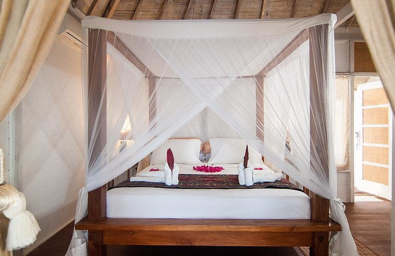 Four Poster Bed with Wooden Floor - Villa Coral Flora - Gili Trawangan, Lombok