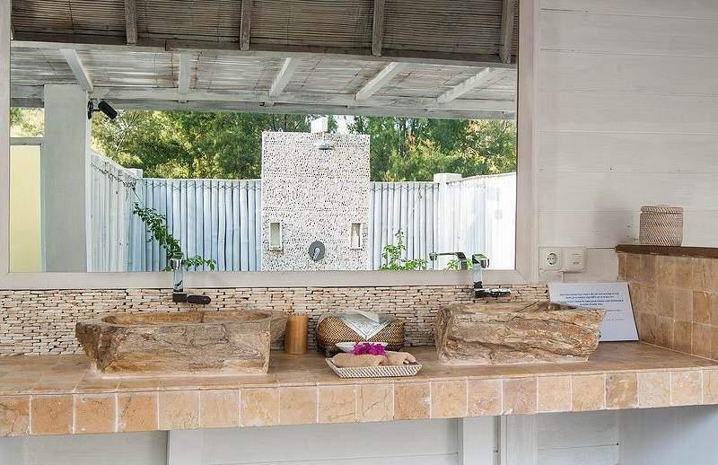 His and Hers Bathroom with Mirror - Villa Coral Flora - Gili Trawangan, Lombok