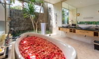 Bathroom with Bathtub - Villa Damai Aramanis - Seminyak, Bali