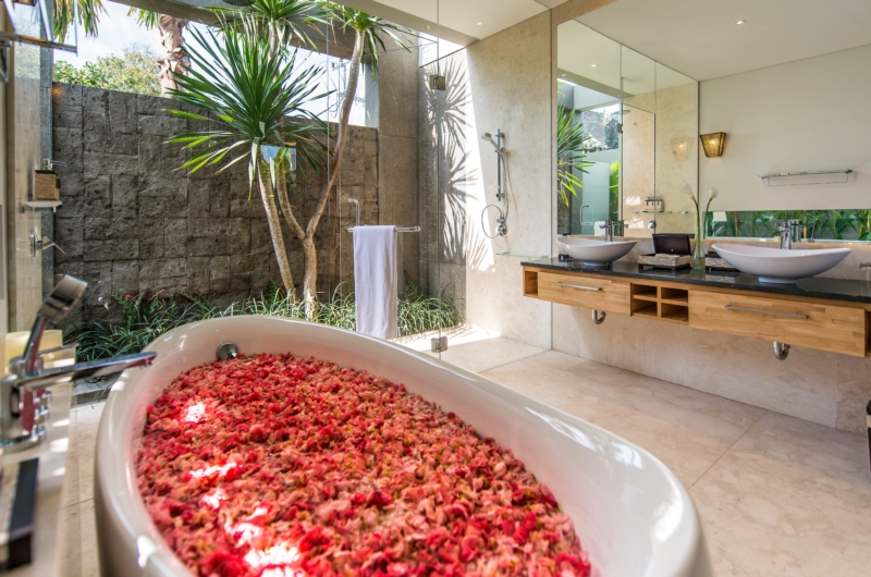 Bathroom with Bathtub - Villa Damai Aramanis - Seminyak, Bali