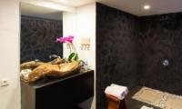 En-Suite Bathroom with Mirror - Villa Damai Lestari - Seminyak, Bali