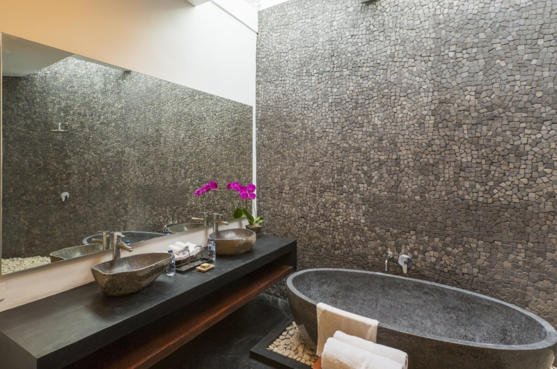 En-Suite His ans Hers Bathroom with Bathtub - Villa Damai Lestari - Seminyak, Bali