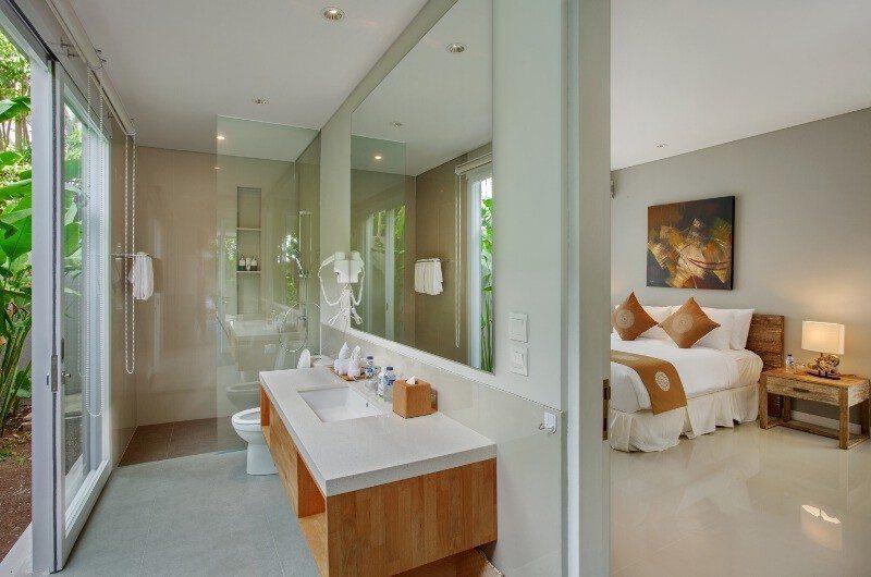 Bedroom and En-Suite Bathroom - Villa Delmar - Canggu, Bali