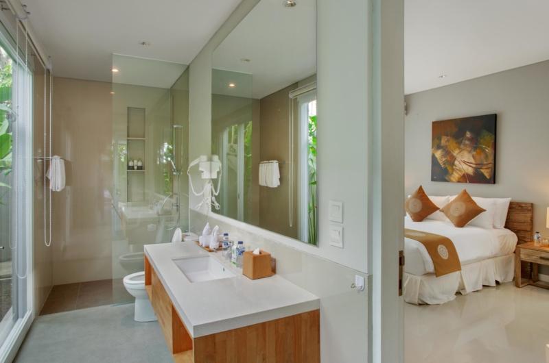 Bedroom and Bathroom with Mirror - Villa Delmar - Canggu, Bali