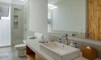 Bathroom with Shower and Mirror - Villa Delmar - Canggu, Bali