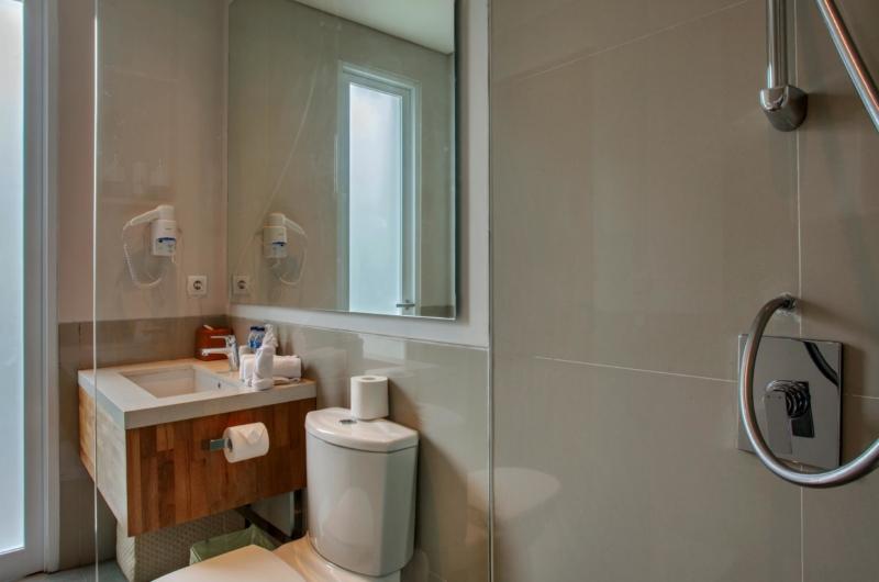 Bathroom with Mirror and Shower - Villa Delmar - Canggu, Bali