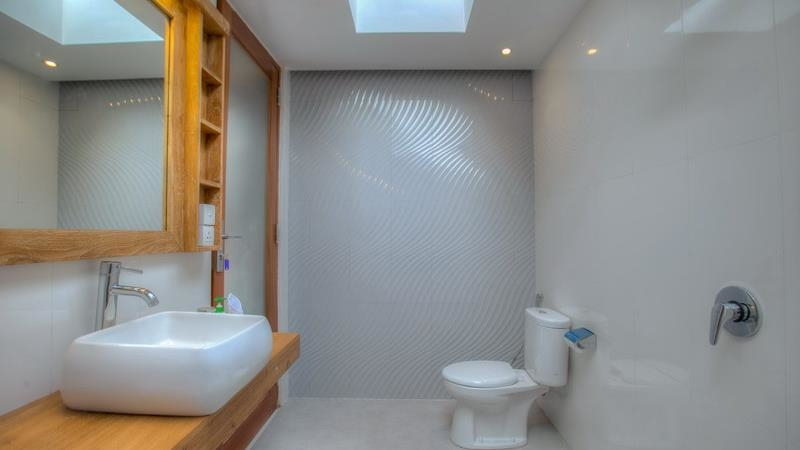 Bathroom with Mirror and Shower - Villa Denoya - Seminyak, Bali