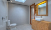 Spacious Bathroom with Mirror - Villa Denoya - Seminyak, Bali