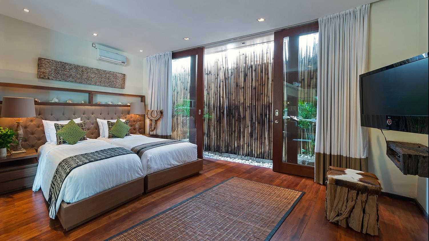 Twin Bedroom with TV - Villa Eshara - Seminyak, Bali