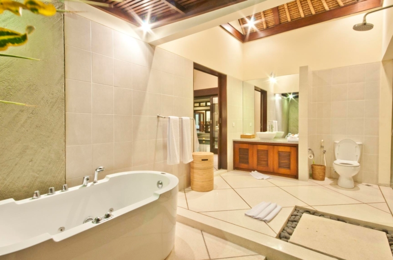 En-Suite Bathroom with Bathtub - Villa Gading - Seminyak, Bali