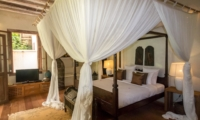 Bedroom with Mosquito Net and TV - Villa Galante - Umalas, Bali
